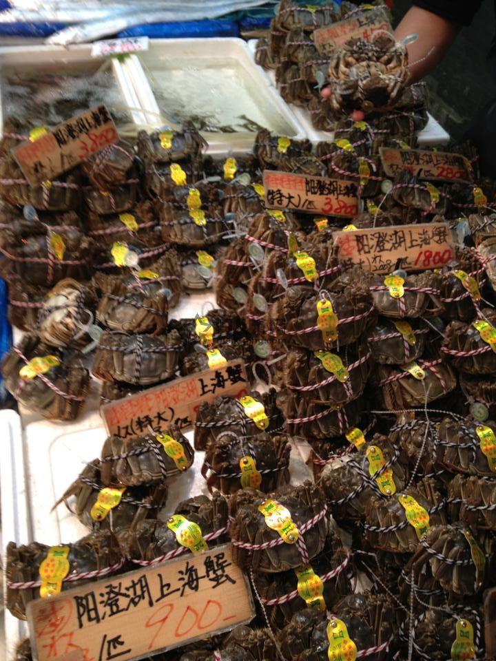 日本料理:美食新闻:秋季美食-东京上野アメ横中心地下食品市场出售的上海阳澄湖大闸蟹 图
